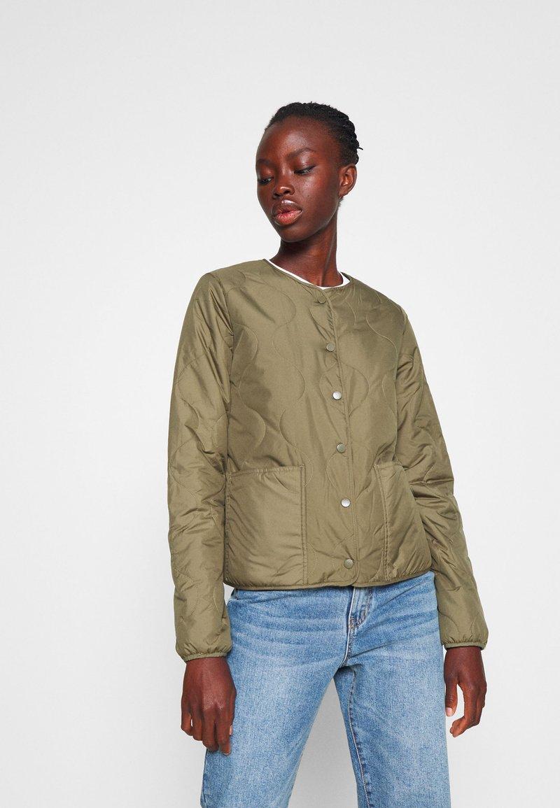 ONLY Tall - ONLJASMIN QUILTED JACKET - Light jacket - green