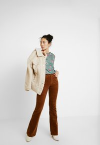 ONLY Tall - Flared Jeans - toasted coconut - 2