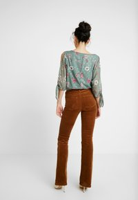 ONLY Tall - Flared Jeans - toasted coconut - 3
