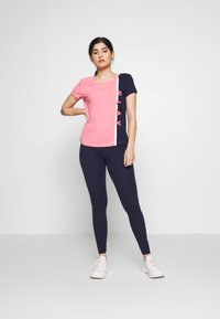 ONLY PLAY Petite - ONPFELICE  LIFE - Legging - maritime blue/ strawberry pink - 1