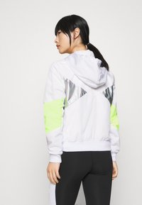 ONLY PLAY Petite - ONPAGATA JACKET PETITE - Chaqueta de entrenamiento - white/safety yellow/iridescent - 2