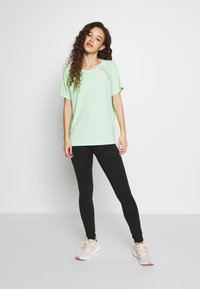 ONLY PLAY Petite - ONPPERFORMANCE LOOSE - Camiseta básica - green - 1