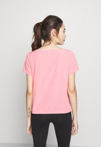 ONLY PLAY Petite - ONPJEWEL BOATNECK TRAINING TEE - Print T-shirt - strawberry pink/white gold - 2