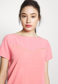 ONLY PLAY Petite - ONPJEWEL BOATNECK TRAINING TEE - Print T-shirt - strawberry pink/white gold - 3