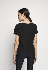 ONLY PLAY Petite - ONPJEWEL BOATNECK TRAINING TEE - Print T-shirt - black/white/gold - 2