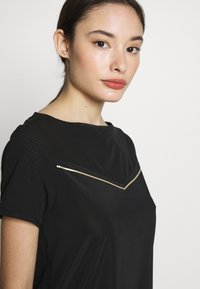 ONLY PLAY Petite - ONPJEWEL BOATNECK TRAINING TEE - Print T-shirt - black/white/gold - 3