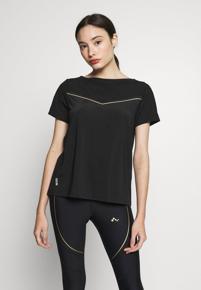 ONLY PLAY Petite - ONPJEWEL BOATNECK TRAINING TEE - Print T-shirt - black/white/gold