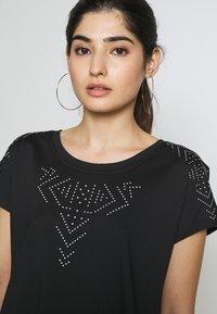 ONLY PLAY Petite - ONPFIONA ATHL LOOSE TEE - Camiseta estampada - black/white - 4