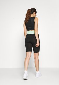ONLY PLAY Petite - ONPMANON TRAINING - Shorts - black/green ash/white iridesce