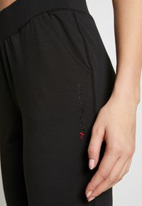 ONLY PLAY Tall - ONPPERFORMANCE BAY SLIM PANTS - Joggebukse - black/red - 4