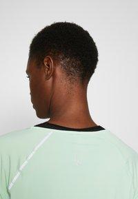 ONLY PLAY Tall - ONPPERFORMANCE RUN TEE TALL - T-shirts print - green ash - 3