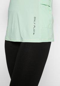 ONLY PLAY Tall - ONPPERFORMANCE RUN TEE TALL - T-shirts print - green ash - 6