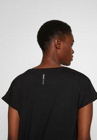 ONLY PLAY Tall - ONPAUBREE LOOSE TRAINING TEE  - Camiseta estampada - black - 5