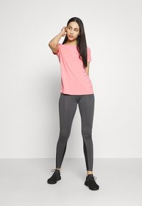 ONLY PLAY Tall - ONPJEWEL BOATNECK TRAINING TEE - Print T-shirt - strawberry pink/gold - 1