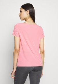 ONLY PLAY Tall - ONPJEWEL BOATNECK TRAINING TEE - Print T-shirt - strawberry pink/gold - 2