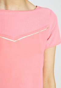 ONLY PLAY Tall - ONPJEWEL BOATNECK TRAINING TEE - Print T-shirt - strawberry pink/gold - 4