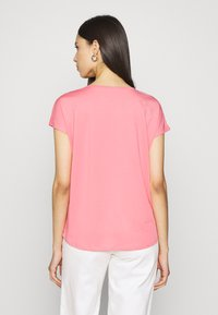 ONLY PLAY Tall - ONPMILEY LOOSE TRAINING TEE - Print T-shirt - strawberry pink/gold - 2