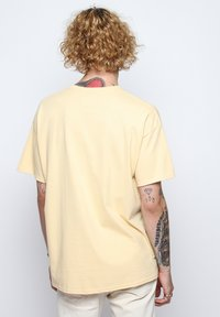 On Vacation - T-shirt imprimé - yellow - 2