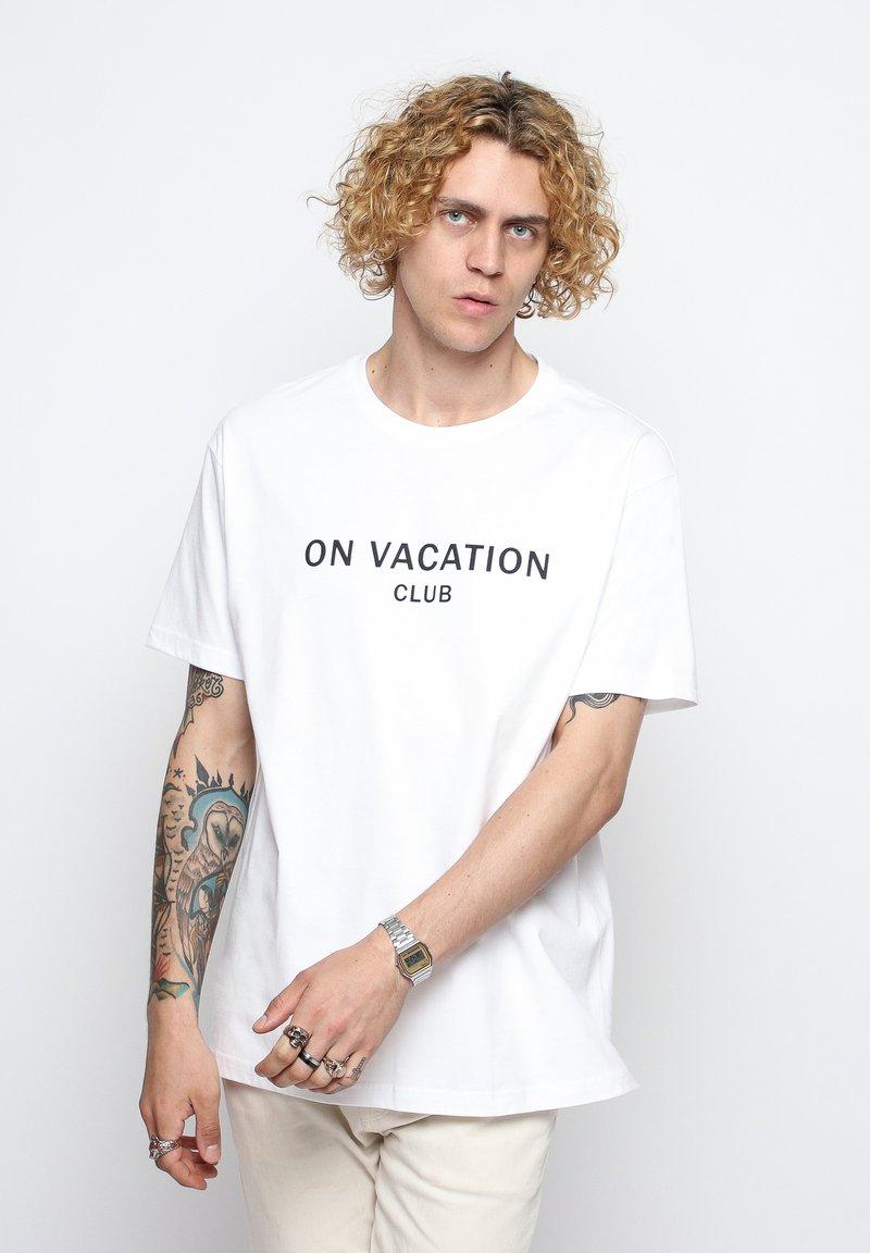 On Vacation - T-shirt imprimé - white