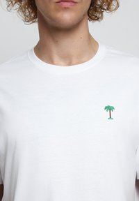 On Vacation - T-shirt basique - white - 4