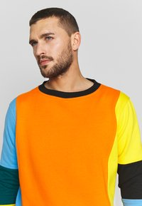 OOSC - CARLTON  - Felpa - orange/blue/green/black/yellow - 4