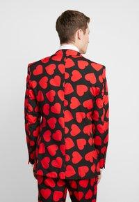 OppoSuits - KING OF HEARTS SUIT SET - Oblek - black/red - 3