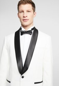 OppoSuits - PEARLY TUXEDO WITH BOW TIE - Completo - white - 6