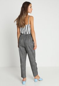 ONLY Petite - ONLFLORENCE CHECK BELT PANT  - Kalhoty - black - 2