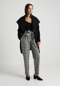 ONLY - ONLMUST NICE PAPERBAG PANT - Pantaloni - cloud dancer/black - 1