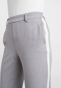 ONLY Petite - ONLCOOL ANKLE PANT - Kangashousut - light grey melange/white panel - 4