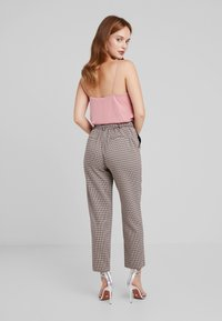 ONLY Petite - ONLISAK PANT - Kalhoty - decadent chocolate - 2