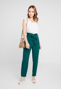 ONLY Petite - ONLPIPER PAPERBAG PANTS - Broek - forest biome - 1
