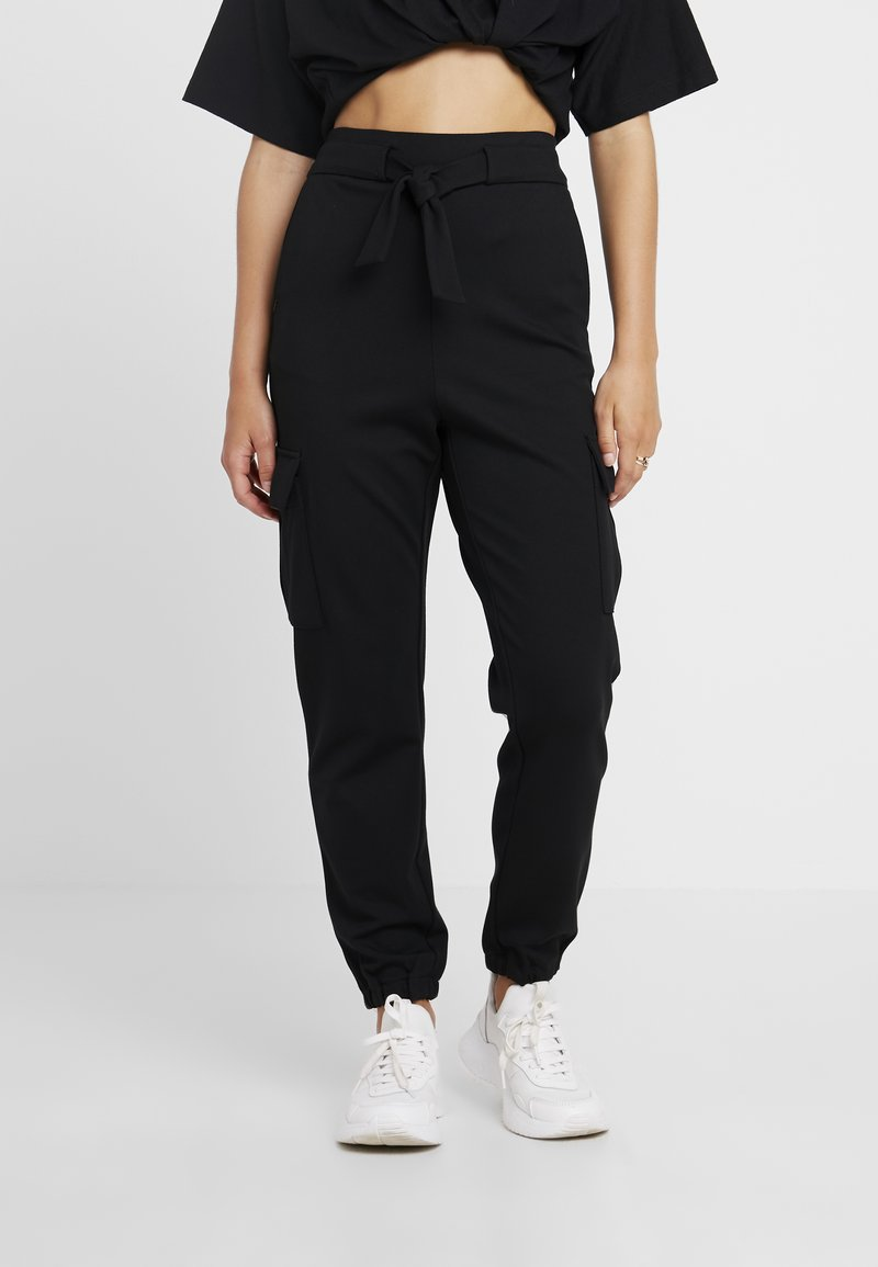 ONLY Petite - POPTRASH CARGO BELT PANT - Jogginghose - black