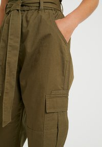 ONLY Petite - ONLMILES ANCLE CARGO PAPERBAG PANT - Trousers - beech - 3