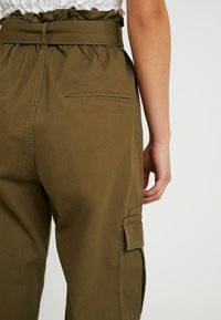 ONLY Petite - ONLMILES ANCLE CARGO PAPERBAG PANT - Trousers - beech - 5
