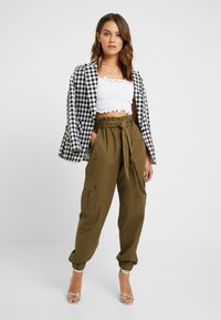 ONLY Petite - ONLMILES ANCLE CARGO PAPERBAG PANT - Trousers - beech - 1