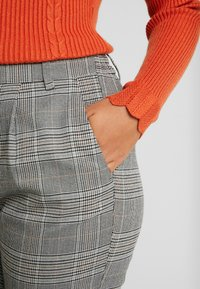 ONLY Petite - ONLPOPTRASH EASY SAVIL CHECK PANT - Kalhoty - black/merlot - 6