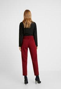 ONLY Petite - ONLCAROLINA BELT PANTS - Pantalon classique - merlot - 3