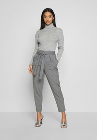 ONLY Petite - ONLNICOLE PAPERBAG ANKEL PANTS - Broek - light grey melange - 1