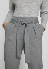 ONLY Petite - ONLNICOLE PAPERBAG ANKEL PANTS - Broek - light grey melange - 4