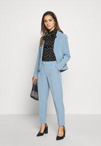 ONLY Petite - ONLVILDA ASTRID CIGARETTE PANT - Pantalones - faded denim - 1