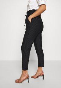 ONLY Petite - ONLPOPTRASH CLASSI PINSTRIPE FRILL - Pantalones - black - 3