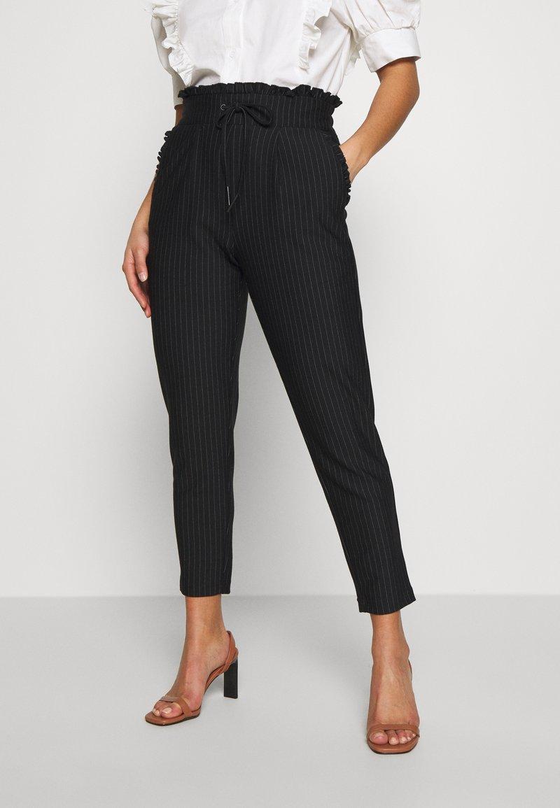 ONLY Petite - ONLPOPTRASH CLASSI PINSTRIPE FRILL - Pantalones - black