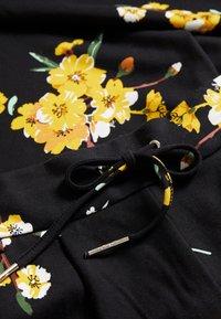 ONLY Petite - ONLPOPTRASH EASY PANT  - Bukse - black/golden - 2