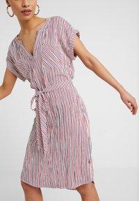 ONLY Petite - ONLLILLO VERTIGO KNEE DRESS  - Vestito estivo - cloud dancer/night sky and high - 5