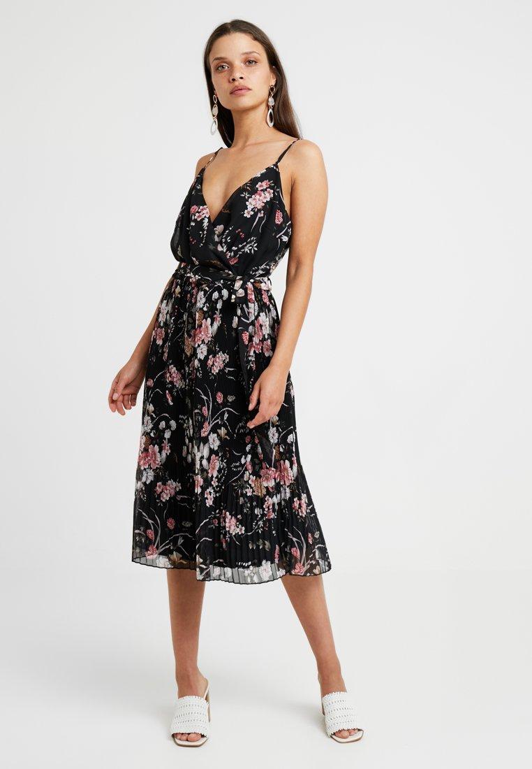 ONLY Petite - ONLTHEA PLISSE DRESS - Denní šaty - black