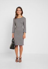 ONLY Petite - ONLVIGGA HOUNDSTOOTH DRESS - Gebreide jurk - cloud dancer - 1