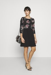ONLY Petite - ONLAMBER AMY 3/4 DRESS PETITE - Vapaa-ajan mekko - black/rose - 1
