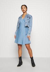 ONLY Petite - ONLELODIE LIFE DRESS - Farkkumekko - light blue denim - 1