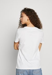 ONLY Petite - ONLBILLIE  - Camiseta estampada - bright white - 2